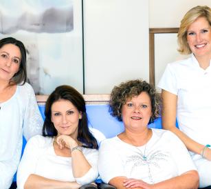 Von l. n. r. Kerstin Siedhoff, Dr. med. univ. Elisabeth Schuhmachers, Mirka Kriechenbauer, Helia Schwarz